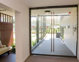 Không gian sống tinh tế với cửa chống cháy bằng kính